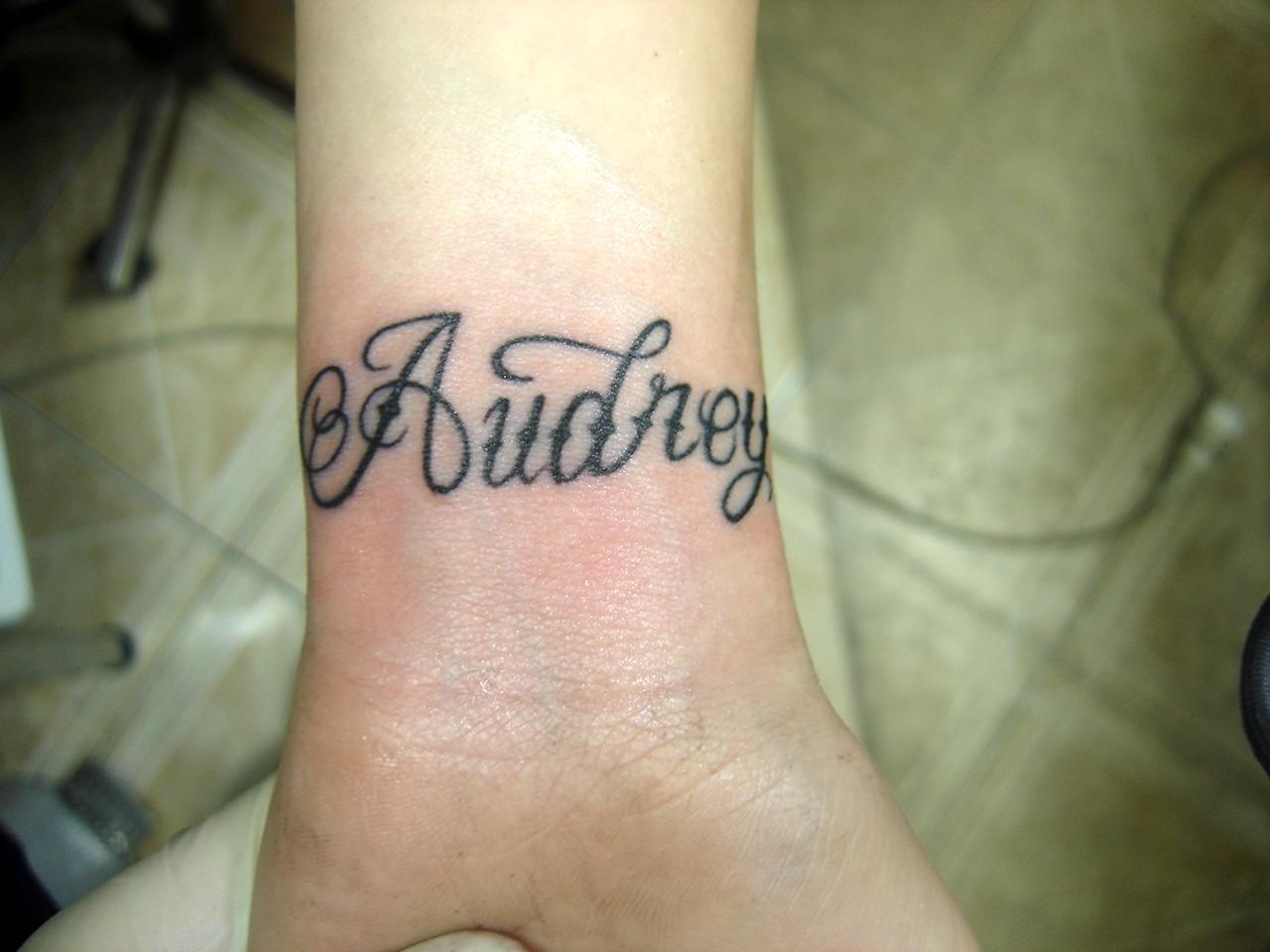 tatouage ecriture bras pour femme