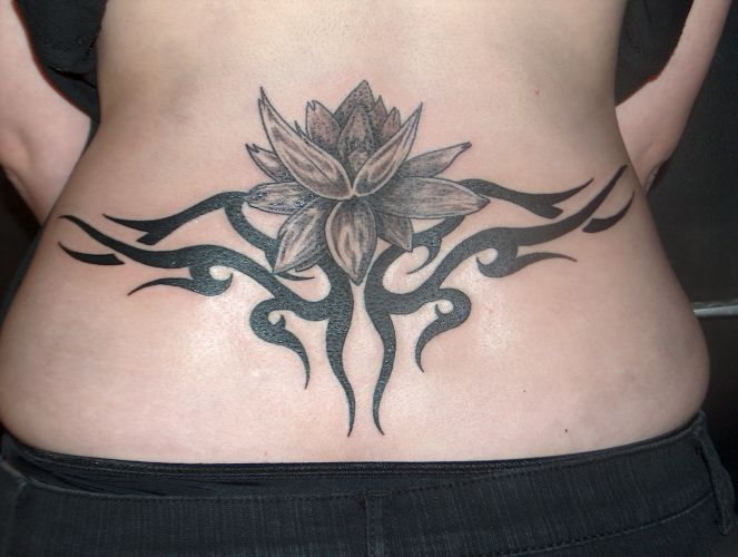 Photo de tatouage pour femme dans le bas du dos - Tatouage pour femme ...